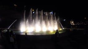 近人剪影照亮了喷泉,飞溅在天空中的水 股票视频