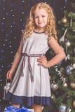 近俏丽的儿童女孩装饰了圣诞树 免版税库存图片