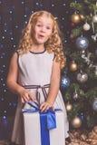 近俏丽的儿童女孩装饰了圣诞树 免版税库存照片