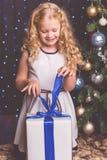 近俏丽的儿童女孩装饰了圣诞树 库存图片