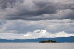 近剧烈的天空和海海湾风景  图库摄影