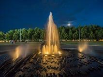 近喷泉在夜之前 库存图片