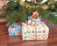 近圣诞节存在结构树 免版税库存照片