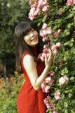 近女孩立场玫瑰色门 库存照片