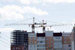 近建设中大厦对一个新的大厦 免版税图库摄影