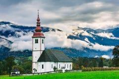 近斯洛文尼亚风景 Bohinj湖 有美丽的有雾的山的偶象斯洛文尼亚寺庙在背景中 免版税库存图片
