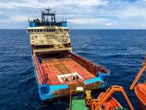 近海供应猛拉船关闭参与拖挂作业 库存照片