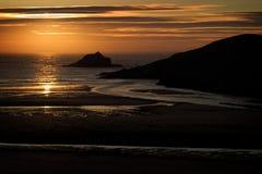 近海处岩石在Porth海滩,康沃尔郡,英国 免版税库存照片
