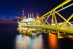 近海处理平台的油和煤气生产天然气和凝析油或原油和送到向着海岸的石油化工厂 免版税库存照片