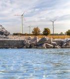 近海处风轮机喜欢绿色可选择的技术 免版税库存照片