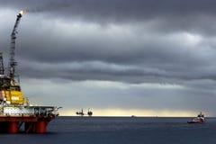 近海平台、备用船、海&云彩 免版税库存照片