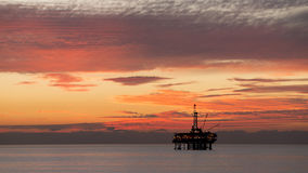 近海平台在微明下 免版税库存照片
