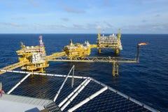 近海抽油装置和气体火光 免版税库存照片