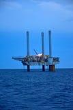 近海抽油装置在清早 库存照片