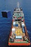 近海抽油装置操作的供应小船。 免版税图库摄影