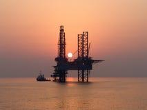 近海抽油装置 库存照片