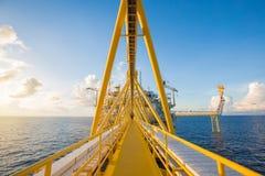 近海油和煤气中央处理平台和火光平台,当飘动时 免版税库存照片