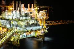近海油和煤气生产和探险事务 生产油和煤气植物和主要建筑平台在海 免版税图库摄影