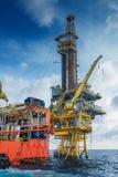 近海油和煤气生产和探险,在遥远的平台的嫩船具工作 库存图片