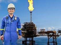 近海油和煤气精炼厂的工作的工程师 库存图片