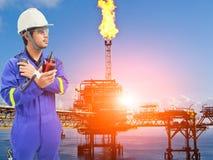 近海油和煤气精炼厂的工作的工程师 免版税库存照片