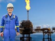 近海油和煤气精炼厂的工作的工程师 免版税库存图片