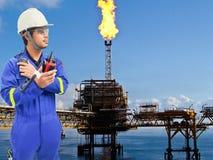 近海油和煤气精炼厂的工作的工程师 库存照片