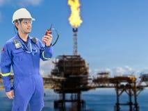 近海油和煤气精炼厂的工作的工程师 图库摄影