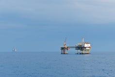 近海油复杂 免版税库存照片