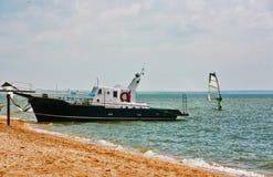 近海滩小船 免版税图库摄影