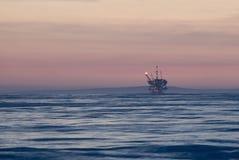 近海石油钻塔 免版税库存图片