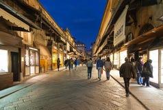 近游人在Ponte Vecchio购物在晚上 库存图片