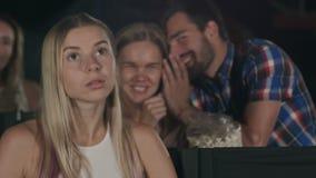 近的位子的粗鲁的男人和妇女谈的干扰的妇女在戏院 股票视频