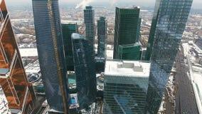 近的街市, skyscrapersarea,城市的商业区的直升机飞行 股票录像