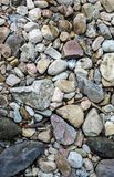 近石头和小卵石对从瀑布的一点小河 免版税库存照片