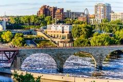 近米尼亚波尼斯、MN、街市河和桥梁 库存照片