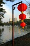 近美丽的红色中国灯笼到公园的一个湖 免版税图库摄影