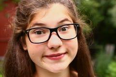 近视玻璃的近视的青少年的女孩 库存图片