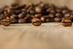 从近距离的咖啡豆在一张老木桌上 免版税库存图片