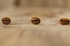 从近距离的咖啡豆在一张老木桌上 免版税图库摄影