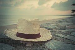 近织法帽子在海滩 图库摄影