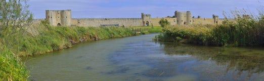 近Aigues Mortes城堡和湖 库存图片