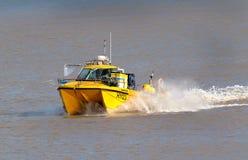 返回为海滩降落的Shellfishing小船在旅行以后海上 免版税图库摄影