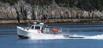 返回从海洋的龙虾渔船在缅因 库存图片