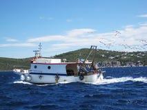 返回到口岸的拖网渔船 库存图片