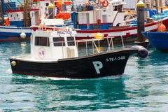 返回到它的停泊处的地方港口领航船在轮渡码头小游艇船坞在Teneriffe海岛上的Los Cristianos Th的 免版税图库摄影