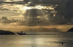 返回到小游艇船坞的橡胶充气救生艇 免版税图库摄影