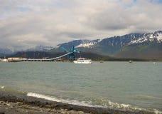 返回到小游艇船坞的游览小船在seward 库存照片