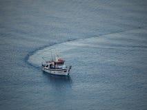 返回到斯坦帕利亚岛小港口的一个渔船在su 库存图片