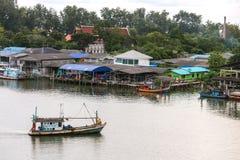 返回到渔夫村庄的渔船 泰国本机 库存图片